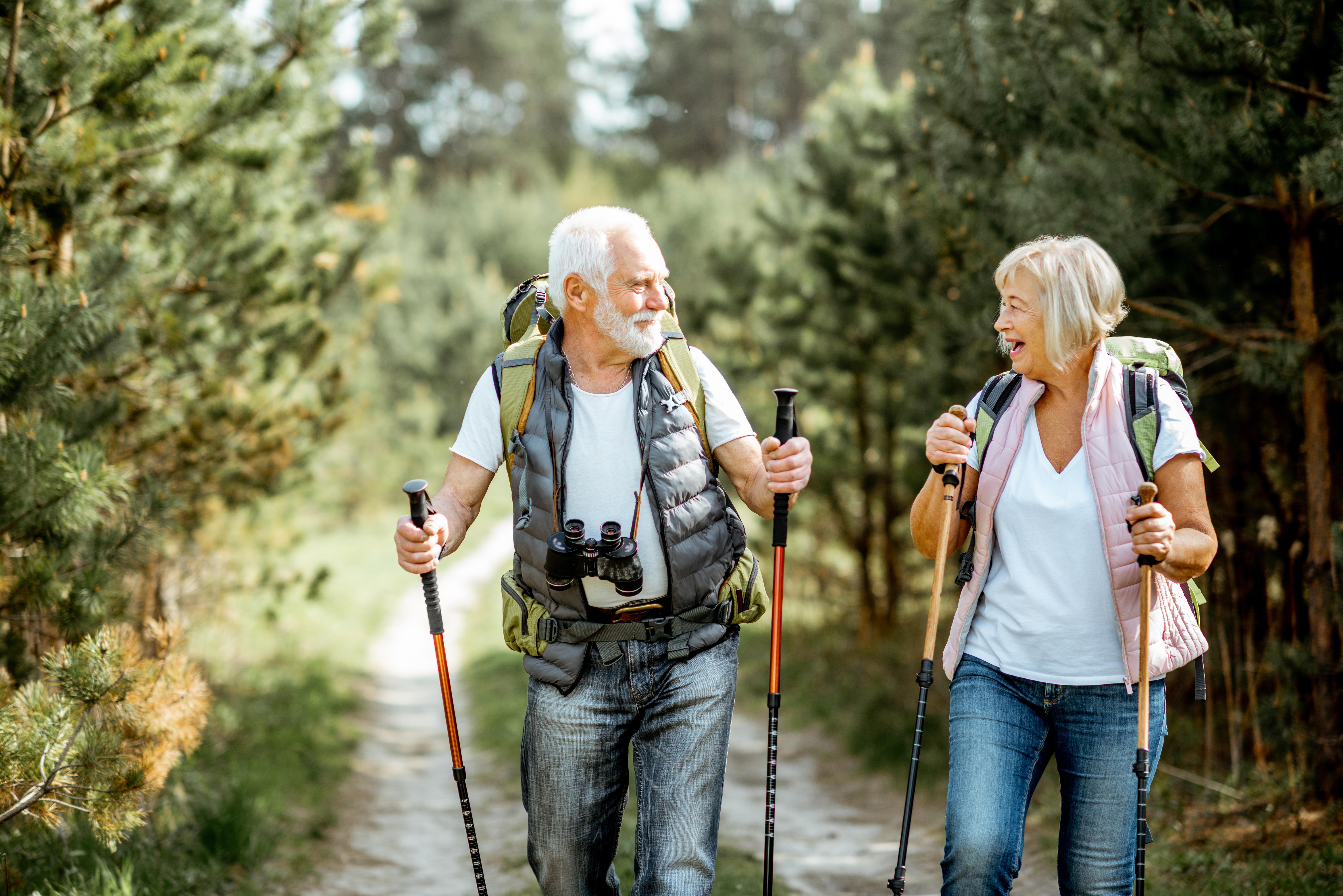 Vitamin D und K sorgen für mehr Vitalität im Alter: Älteres Paar beim Wandern in der Natur