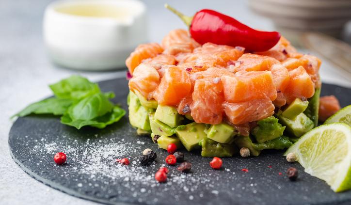 Avocado Lachs Tatar als Vitamin-D-Booster mit Chili, Basilikum und Limette dekoriert